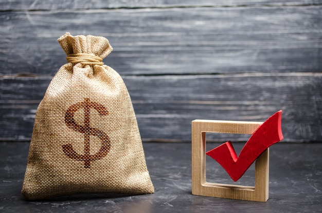 Una bolsa con dinero y una marca roja.