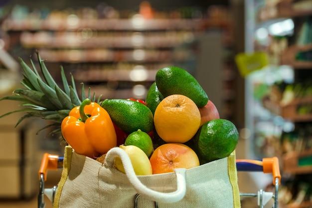 Bolsa ecológica con diferentes frutas y verduras.