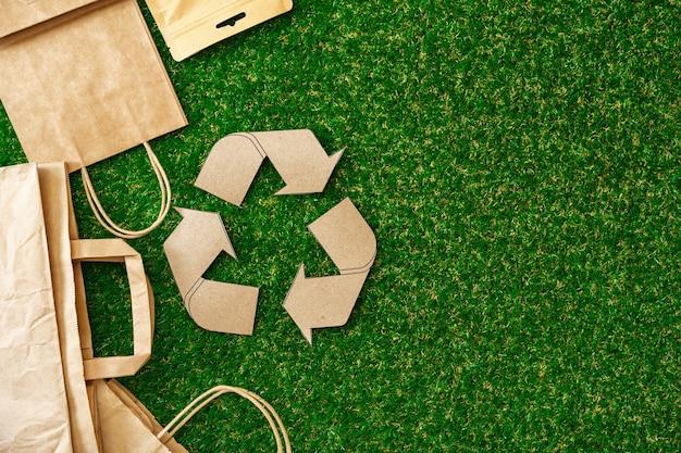 Bolsa ecológica de papel artesanal, concepto de consumo ecológico