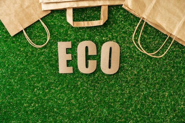 Bolsa ecológica de papel artesanal concepto de consumo ecológico