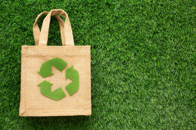 Bolsa ecológica en pasto