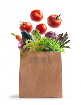 Bolsa ecológica de verduras aislada de la pared.
