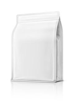 Bolsa de embalaje en blanco lista para diseño de producto aislada sobre fondo blanco