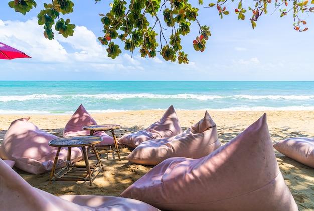 Bolsa de frijoles en la playa con mar océano y fondo de cielo azul