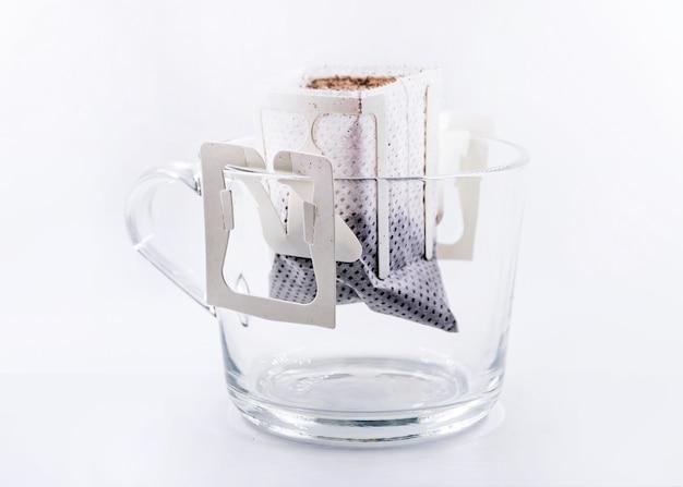 Bolsa de goteo de café recién hecho en un vaso