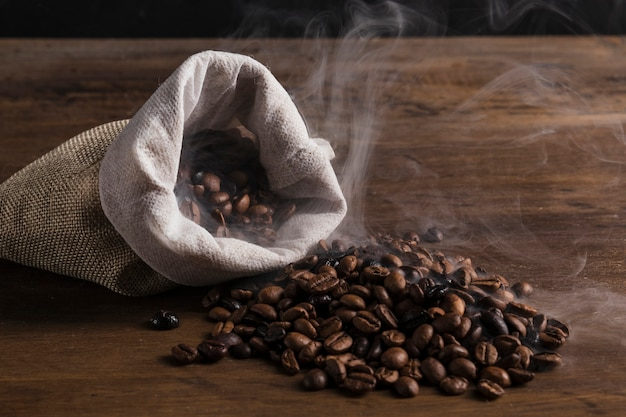 Bolsa con granos de café caliente.