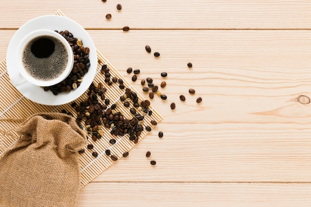 Bolsa con granos de café y espacio de copia