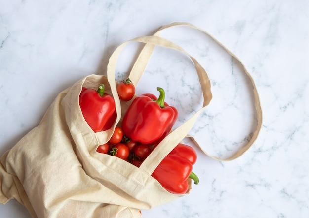 Bolsa de lino reutilizable con verduras. concepto: un mundo sin plástico.