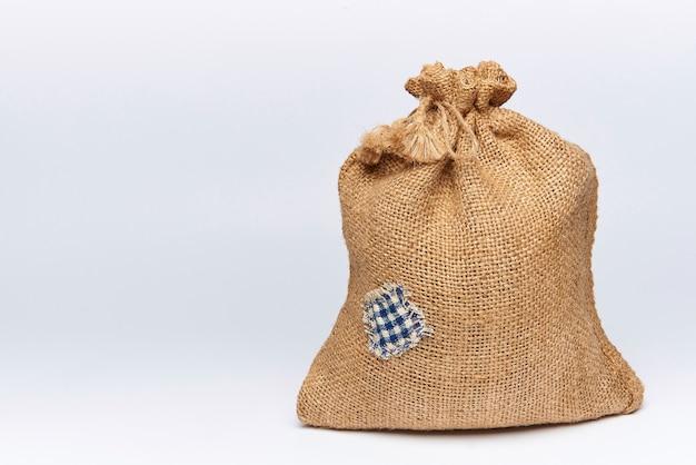 Una bolsa llena de arpillera con un parche.