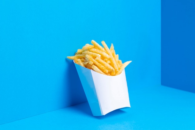 Bolsa llena de papas fritas saladas