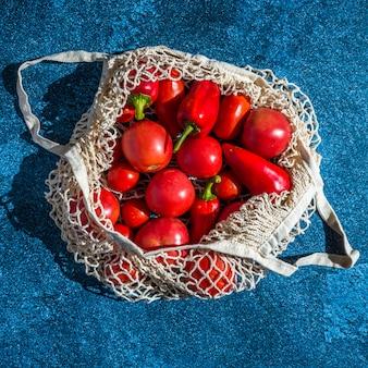 Bolsa de lona con verduras frescas