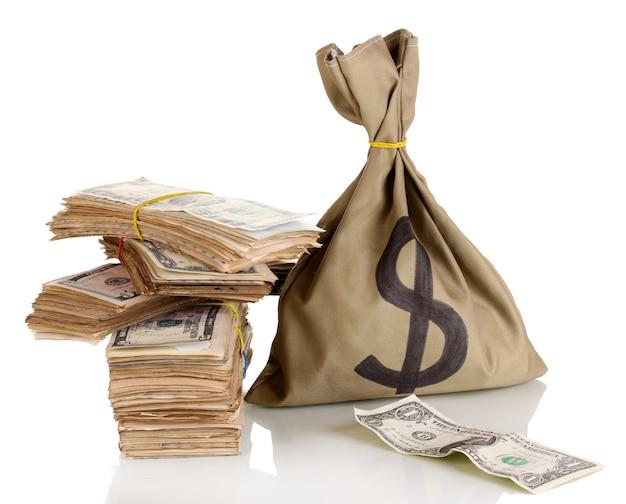 Bolsa con montones de dólares en blanco