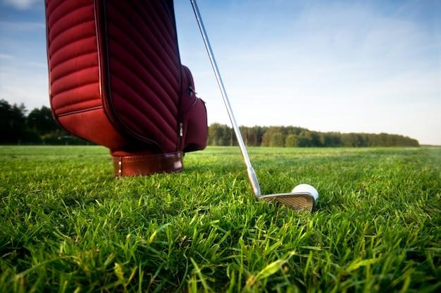 Bolsa con palos de golf visto desde abajo