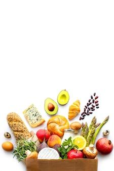 Bolsa de papel de alimentos saludables, fondo de alimentos saludables, concepto de alimentos de supermercado, compras en el supermercado