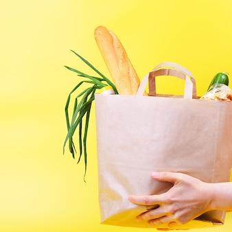 Bolsa de papel con alimentos