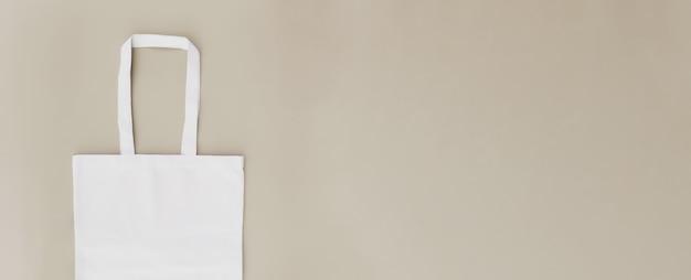 Bolsa de papel artesanal ecológica plana laicos banner sobre fondo beige con espacio de copia. maqueta de plantilla de embalaje