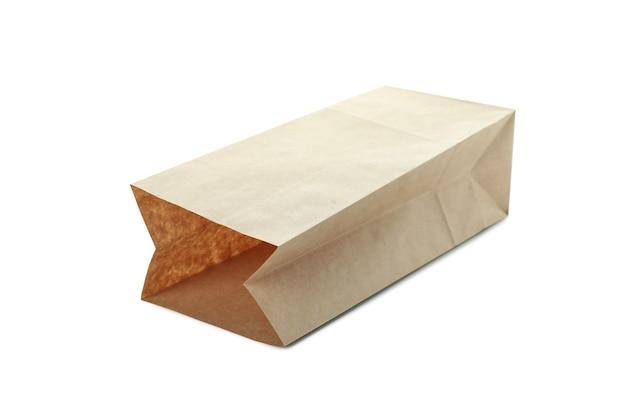 Bolsa de papel en blanco aislada sobre superficie blanca