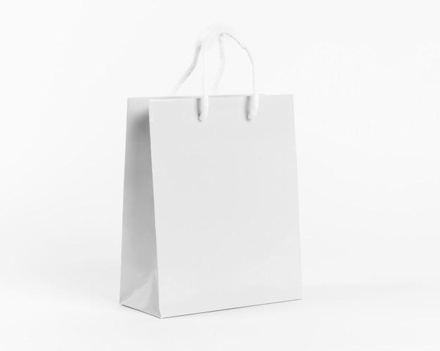 Bolsa de papel blanco para ir de compras aislado sobre fondo blanco.