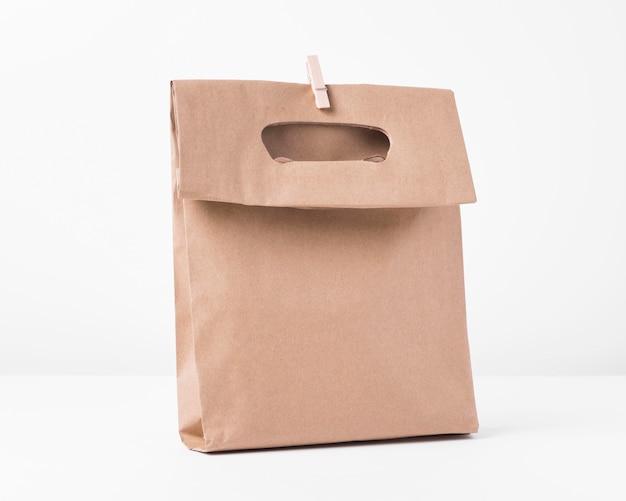 Bolsa de papel para compras y clip.