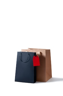Bolsa de papel de compras de maqueta sobre fondo blanco.
