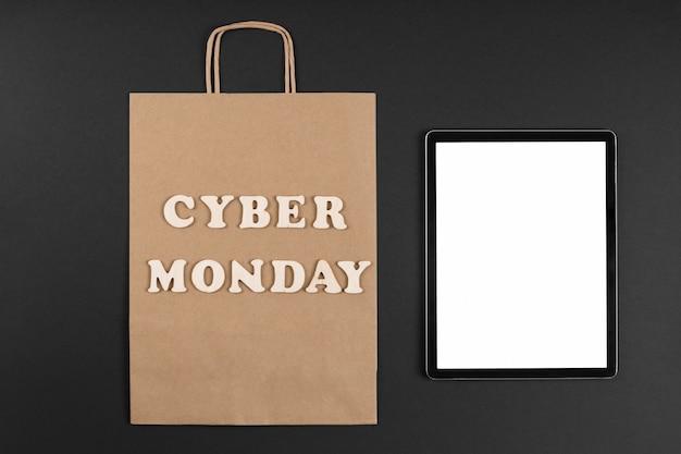 Bolsa de papel de cyber monday con una tableta de pantalla vacía