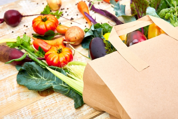 Bolsa de papel de diferentes alimentos vegetales saludables
