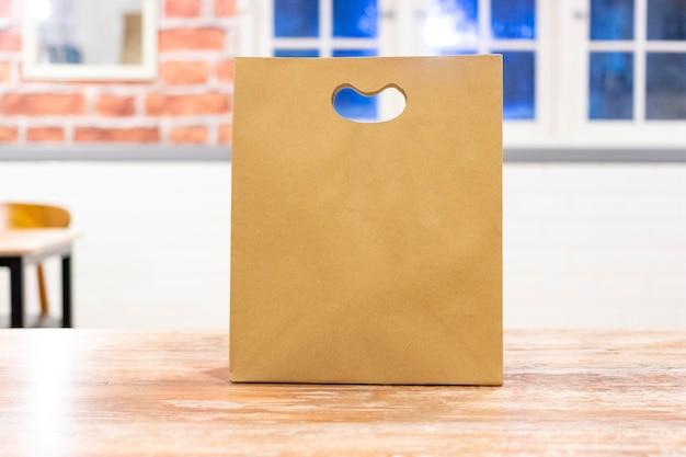 Bolsa de papel para envíos de comida rápida.