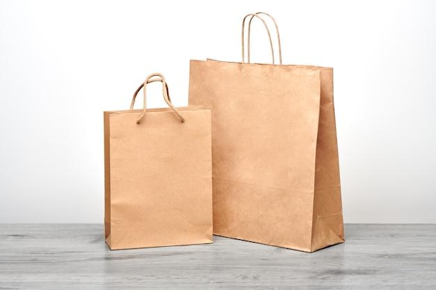 Bolsa de papel grande y pequeña con asas aisladas. bolsa de papel kraft