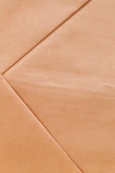 Una bolsa de papel hecha de papel de desecho reciclado, una bolsa de color amarillento hecha de papel reciclado para eliminar el daño ambiental.