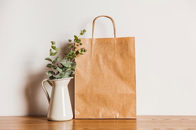 Bolsa de papel a lado de planta