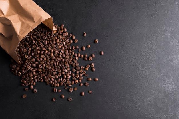 Bolsa de papel llena de granos de café.