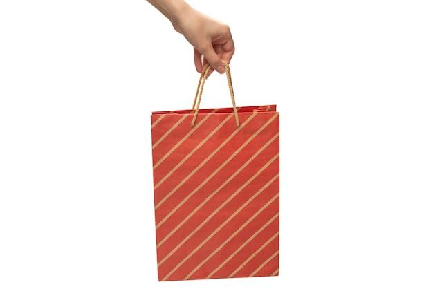 Bolsa de papel en manos de mujer aisladas sobre fondo blanco.