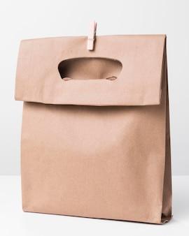 Bolsa de papel marrón de compras con clip de madera