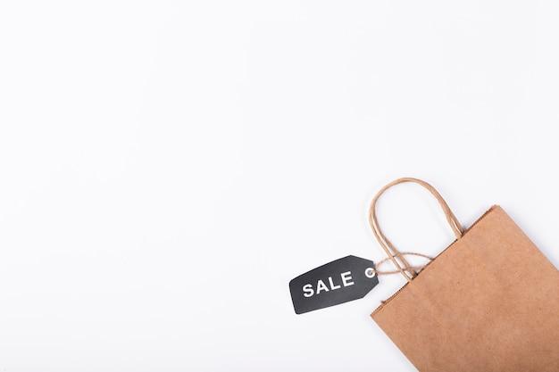 Bolsa de papel marrón con etiqueta de venta negra