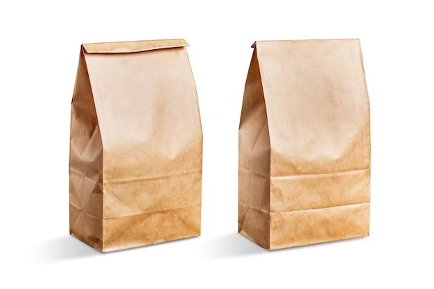 Bolsa de papel marrón con el fondo blanco