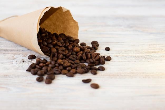 Bolsa de papel de primer plano con granos de café