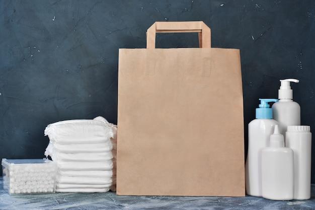 Bolsa de papel y productos para el cuidado del bebé.