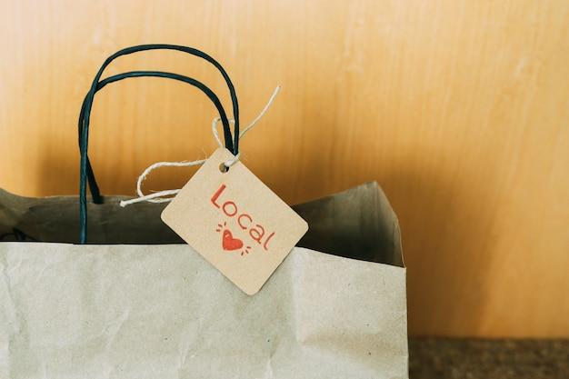 Bolsa de papel en la puerta de la casa. concepto de compras.