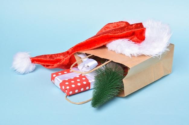En una bolsa de papel -en la que hay adornos para el nuevo año. preparación para año nuevo y navidad. ventas para las vacaciones.
