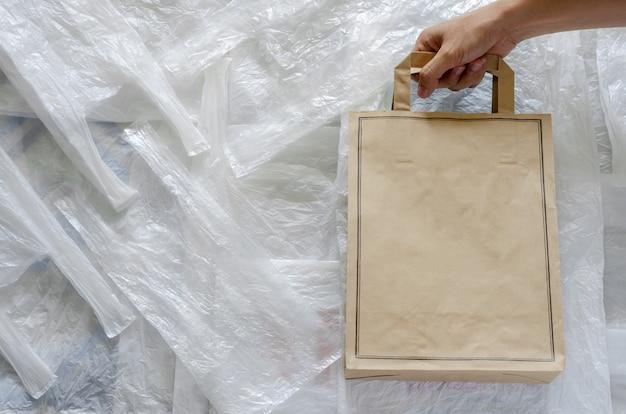 Bolsa de papel reciclado ecológico sobre plástico blanco. reutilización y reciclaje para el concepto de medio ambiente mundial.