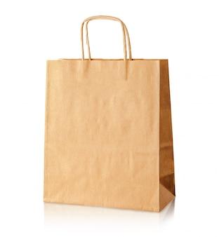 Bolsa de papel con simulacro aislado en la pared blanca. concepto de cuidado ambiental.