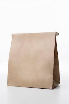Bolsa de papel sobre fondo blanco.
