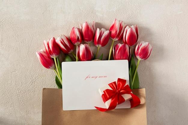 Bolsa de papel con tulipanes y caja de regalo.