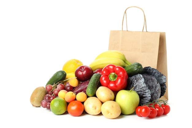 Bolsa de papel, verduras y frutas aisladas sobre fondo blanco.
