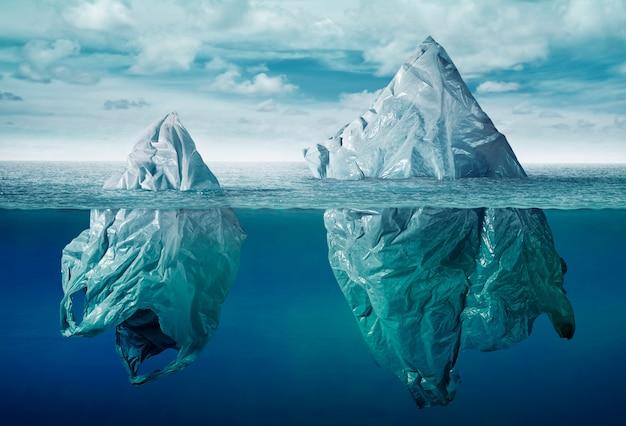 Bolsa de plástico. contaminación ambiental con iceberg de basura.