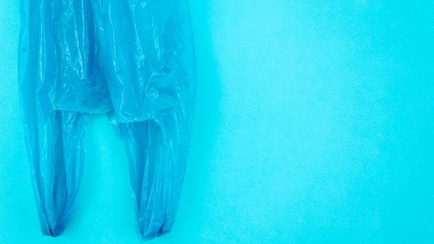 Bolsa de plástico desechable transparente sobre fondo azul.