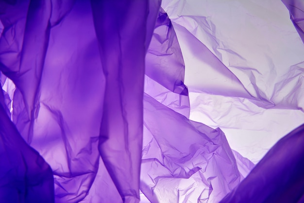 Bolsa de plastico. fondo de luz púrpura. para el texto, texturas.