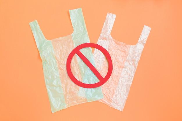 Bolsa de plástico en la luz con un cartel rojo prohibido en la parte superior.