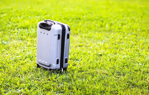 Bolsa de plástico de viaje en el prado verde de verano.