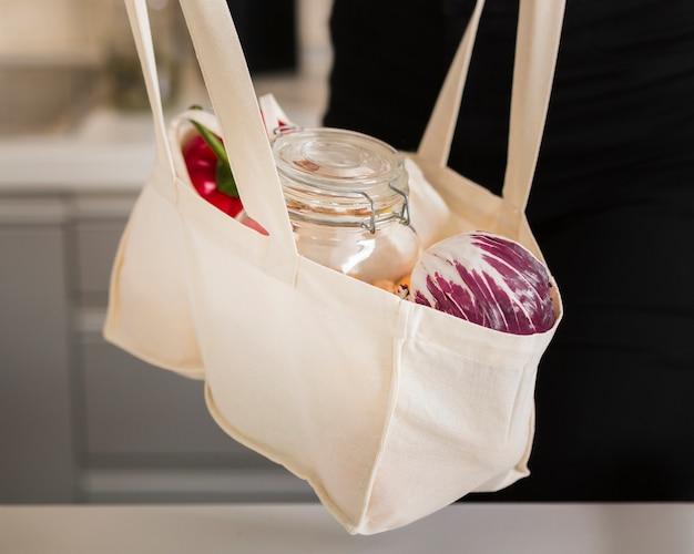 Bolsa de primer plano con comestibles frescos